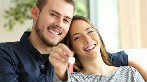 arrendatarios felices con su nueva casa